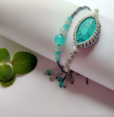 Learn how to make a macramé bracelet - Wrapping a stone with cord