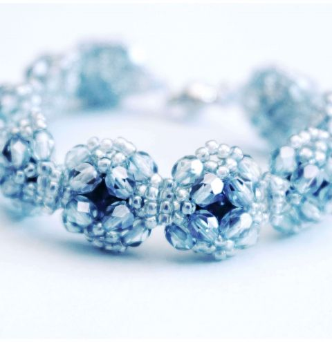 Learn how to make a bracelet with rivoli crystals - A beaded bracelet step by step