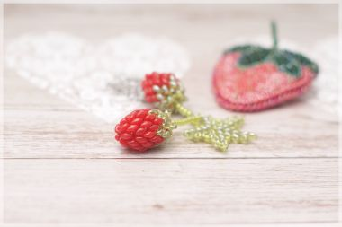 How to make beaded strawberries – a beaded SuperDuo charm step by step