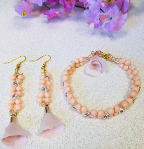 How to make a beaded bracelet and matching earrings.