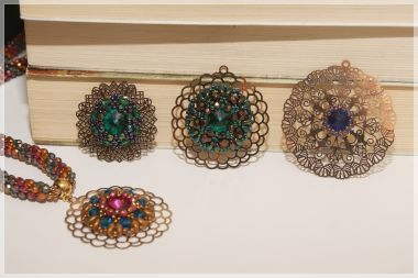 How to make a rivoli and filigree pendant - Beading tutorial